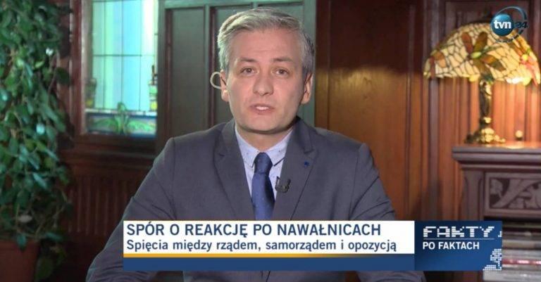 Biedroń zmienił tęczową flagę na białą. Czy opozycja przygarnie Wiosnę?